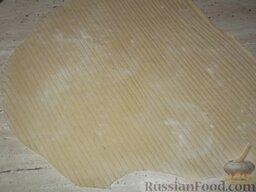 Тесто для лагмана: Посыпать мукой и нарезать лапшу.
