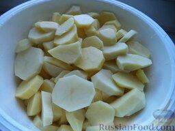Жаркое с курицей: Тем временем очистить очистить картофель, вымыть и нарезать кружочками толщиной 1 см.