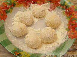 Шарики творожные жареные: Обвалять творожные шарики в муке.   Или можно шарики обмакнуть в яйце и обвалять в сухарях.
