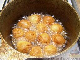 Шарики творожные жареные: Жарить творожные шарики в масле до золотистого цвета (7-10 минут). При необходимости один или несколько раз перевернуть шарики для более равномерной обжарки.