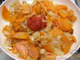 Говядина тушеная с черносливом: Добавив томат-пюре или томатную пасту, перемешать и тушить еще 5 минут. Затем переложить в казанок или кастрюлю.