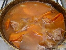 Говядина тушеная с черносливом: Пассерованные овощи вместе с мясом залить в посуде небольшим количеством воды (лучше бульоном), добавить соль, тушить около часа.
