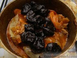 Говядина тушеная с черносливом: Чернослив вымыть и добавить к мясу. Также добавить лавровый лист, перец молотый и перец горошком. Перемешать. Продолжать тушить говядину с черносливом до готовности мяса (примерно еще 30 минут).