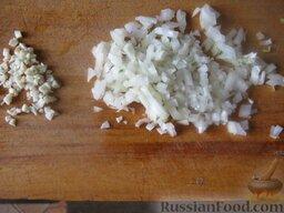 Салатная капуста по-корейски: Лук и чеснок очистить, помыть и мелко нарезать.