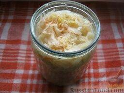 Салатная капуста по-корейски: Перемешать капусту и плотно уложить в стеклянную или эмалированную посуду, сверху положить груз и оставить на 2-3 дня.