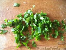 Салат из сельдерея и яблок: Зелень вымыть, нарезать мелко.
