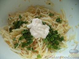 Салат из сельдерея и яблок: Салат полить растительным маслом и сметаной. Добавить зелень.