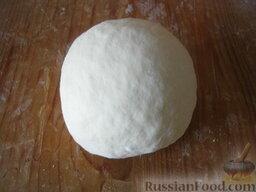Тесто для бешбармак: На посыпанном мукой столе (или миске) месить тесто следует тщательно, чтобы оно не прилипало к рукам и столу.  Накрыть тесто кухонным полотенцем и оставить на некоторое время (20-30 минут).