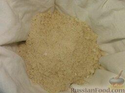 Кус-кус по-марокански: Сито или дуршлаг выстилают хлопчатобумажной тканью в 2-3 слоя.  Высыпают крупу в сито, плотно вставляют его в подходящую по размеру кастрюлю с кипящей водой. Кастрюлю накрывают крышкой и сложенным вчетверо полотенцем (или той же тканью).