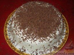 Торт-желе «Птичье молоко»: Когда торт застынет, вынуть из формы. Для этого опустить емкость с тортом в кастрюлю с горячей водой на 10 секунд.    Натереть шоколад.  Украсить тертым шоколадом.    Можно украсить торт орехами, фруктами. Также можно «посадить» его на любой корж, смазанный вареньем или кремом.