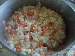 Бухарский плов с изюмом: Если рис еще не готов, а воды осталось мало, добавить кипяток. К концу варки риса воды в казане оставаться не должно.