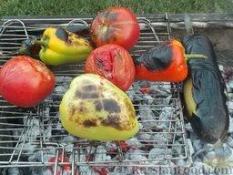 Овощи на мангале: Баклажаны запечь на очень горячих углях. Готовность определяется по шкурке баклажана — она должна затвердеть, приподняться, местами треснуть и обнажить мякоть.  На чуть менее горячих углях, запечь помидоры, разноцветные болгарские перцы и, по желанию, острый зелёный стручковый перец.