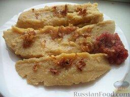 Мамалыга: Мамалыгу подают со шкварками, жареным лучком, брынзой, соусом. Приятного аппетита!