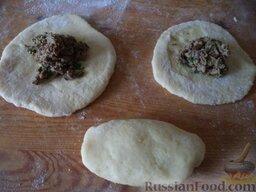 Начинка из печени: Кусочки теста раскатать в кружочки. (Или из картофельного теста раскатать пласт средней толщины, нарезать квадратами.)   На одну сторону кружочка (или квадрата) выложить горку начинки, второй стороной закрыть, края защипнуть, сформировать пирожок.