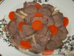 Язык заливной: Язык уложить на блюде, прибавить гарниры из вареных овощей (морковь, сельдерей).