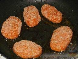 Котлеты морковные: На сковороде разогреть 1-2 ст. ложки растительного масла. Выложить котлеты. Обжарить их на среднем огне сначала с одной стороны 3-4 минуты.