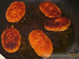 Котлеты морковные: Затем аккуратно перевернуть и обжарить котлеты морковные 2-3 минуты с другой стороны.