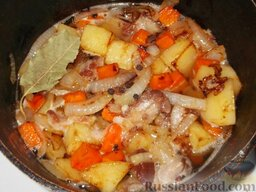 Домашнее жаркое по-украински: Положить перец, лавровый лист, накрыть крышкой и тушить жаркое по-домашнему 20-30 минут. В конце посолить.
