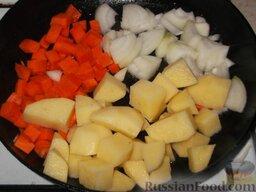 Домашнее жаркое по-украински: На сковороде разогреть 3 ст. ложки растительного масла. Выложить овощи.