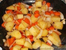 Домашнее жаркое по-украински: Нарезанные кубиками картофель и морковь пожарить с репчатым луком на среднем огне, помешивая, до золотистого цвета (10 минут).