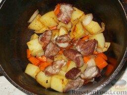 Домашнее жаркое по-украински: Затем в казан или кастрюлю выложить слоями мясо и овощи.
