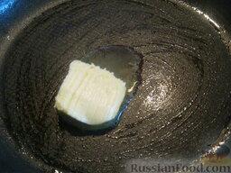 Говядина тушеная с овощами: Для соуса: разогреть сковороду, выложить сливочное масло.