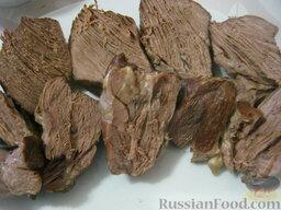 Говядина тушеная с овощами: Мясо порезать на порции.