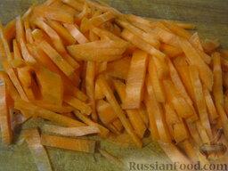 Говядина тушеная с овощами: Морковь почистить, помыть и нарезать соломкой.