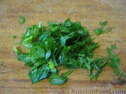 Говядина тушеная с овощами: Зелень помыть и мелко нарезать.