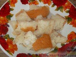 Котлеты из свежей рыбы: Как приготовить котлеты из свежей рыбы:    Хлеб разломать на кусочки и залить водой (можно залить молоком).    Вместо хлеба можно использовать картофель. В этом случае его нужно очистить, отварить, размять и остудить.