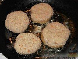 Котлеты из свежей рыбы: На сковороде растопить 1 ст. ложку сливочного масла.  Котлеты уложить на разогретую сковороду с маслом и поджарить с обеих сторон до образования румяной корочки. Сначала жарить на среднем огне 3 минуты с одной стороны.