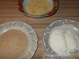 Котлеты из минтая или кальмара: Оставшиеся яйца слегка взбить. В  плоские тарелки выложить сухари и, если будет использоваться, муку.