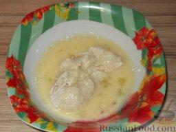 Котлеты из минтая или кальмара: С помощью ложки (котлетки очень нежные) обмакнуть в яйце.