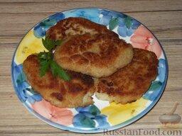Котлеты из минтая или кальмара: Подавать к столу рыбные котлеты из минтая лучше всего с картофельным пюре и сметанным соусом, посыпав блюдо зеленью.