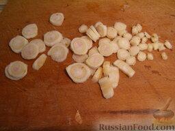 Маринад для рыбы: Очищенные овощи нарезать:    Петрушку нарезать тонкими кружочками.