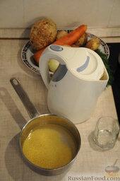 Кулеш украинский: Пока закипает вода – подготовить овощи и пшено.  Зерна пшена могут быть загрязнены, отчего вкус блюда в дальнейшем может сильно пострадать.   Поэтому  пшено желательно промыть в проточной воде. Насыпать крупу в кастрюльку и наполнить водой. Слить. Сделать так 5-7 раз, пока вода не станет прозрачной. Последнее полоскание можно сделать горячей кипяченой водой, которая «распарит» каждое зернышко.