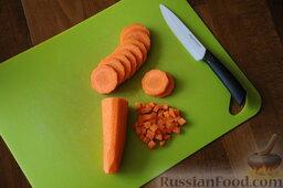 Кулеш украинский: Вымыть морковь, очистить ее, нарезать кубиками 0,5 - 1 см.
