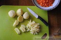 Кулеш украинский: Вымыть картофель, очистить и нарезать его брусочками.