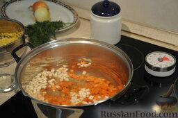 Кулеш украинский: В кипящую подсоленную воду опустить крупно нарезанные морковь и другие коренья и варить до полуготовности (7-10 минут).