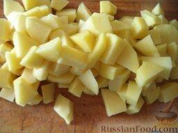 Суп картофельный с вермишелью: Картофель очистить, вымыть, нарезать кусочками.