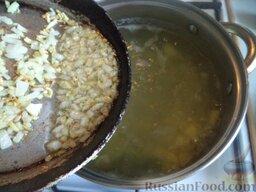 Суп картофельный с вермишелью: Поставить на огонь и вскипятить воду или бульон. Картофель положить вместе с кореньями и луком в кипящий бульон. Довести до кипения.