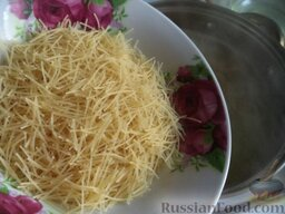 Суп картофельный с вермишелью: Затем засыпать вермишель. Перемешать.