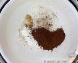Глазурь фирменная: Как приготовить шоколадную глазурь:    Какао-порошок смешивают с сахаром и водой. На маленьком огне кипятят в небольшом количестве воды до образования густой массы (2-3 минуты), помешивая.