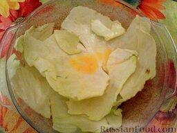 Ленивые голубцы (6 порций): Уложить капустные листья на дно формы.