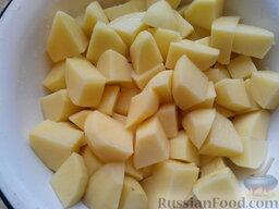 Картофельники: Очищенный картофель нарезать крупными кусками, опустить в холодную воду и сварить в слегка подсоленной поде в течение 30 минут до готовности.