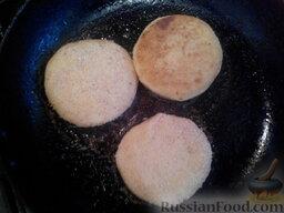 Картофельники: Разогреть в сковороде растительное масло и обжарить на нем картофельники с двух сторон до золотистого цвета (2-3 минуты с каждой стороны).