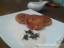 Картофельники: Подавать картофельники со сметаной. Из этой массы можно сделать котлеты к любому мясу с любым соусом.
