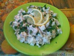 Минтай под майонезом: Рыбу затем залить смесью майонеза и сметаны.    При подаче на минтай под майонезом положить ломтик лимона и посыпать зеленью петрушки.
