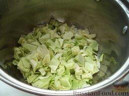 Овощное рагу: Капусту, горошек, репу и корни петрушки не обжаривают.   Овощи закладывают в кастрюлю в определенной последовательности. Сначала белокочанную капусту.