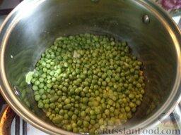 Овощное рагу: Минут через 10 кладут горошек.